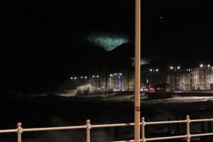 Bølgene slår innover byen..