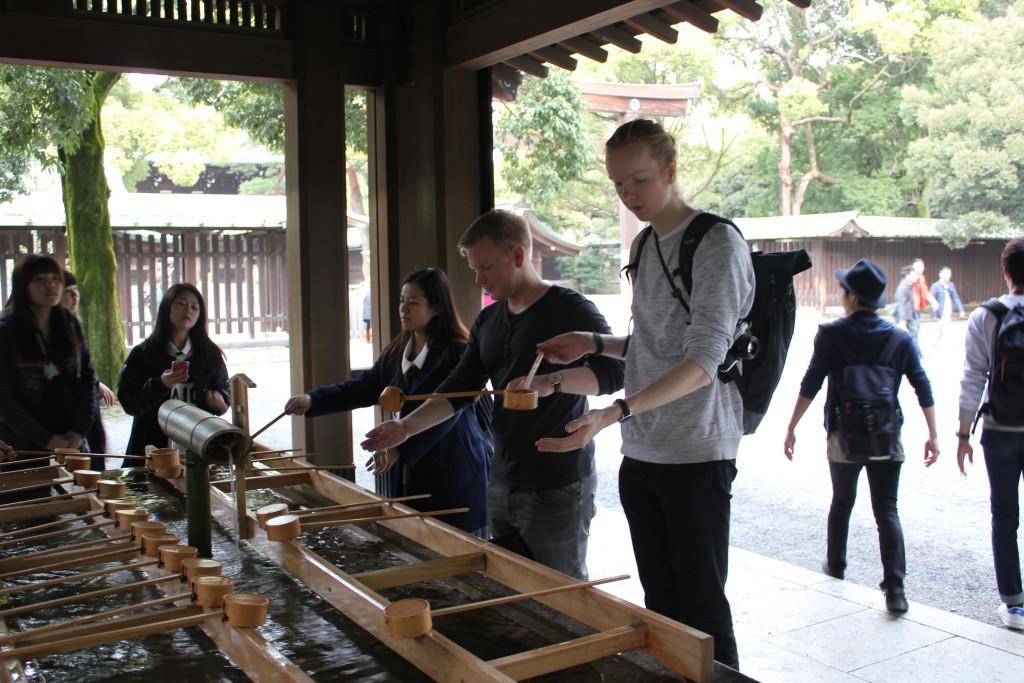 Vask av hender før vi besøkte et av templene i keiserens hage.