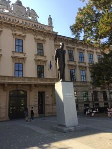 Utenfor hovedbygningen til universitetet