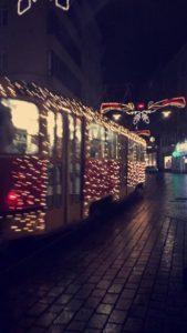 Trikkene i Brno er dekorert med julelys