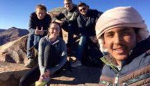 Fornøyd etter å ha nådd toppen - her sammen med vår beduin-guide