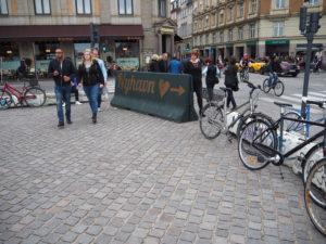 Trafikkvern inn mor Nyhavn. Det er òg syklar over alt!